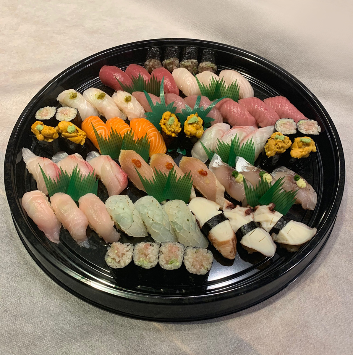 Image of 15 varieties sushi for 3person